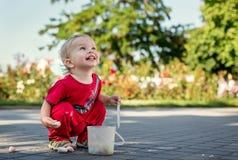 A criança feliz tira com giz imagens de stock