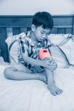 Criança ferida em seu joelho As crianças foram um acidente imagens de stock royalty free