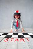 A criança finge ser homem de negócios foto de stock