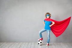 A criança finge ser super-herói do futebol Imagem de Stock
