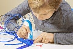 Criança focalizada com a pena da impressão 3d que cria um plano Fotos de Stock Royalty Free