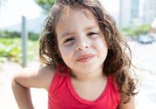 Criança fresca em uma câmera de vista exterior da camisa vermelha Imagem de Stock Royalty Free
