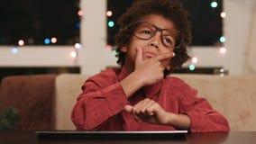 Criança frustrante que senta-se no teclado vídeos de arquivo