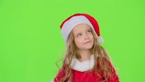 A criança guarda uma caixa de presente em seu sorriso do andand das mãos Tela verde Movimento lento video estoque