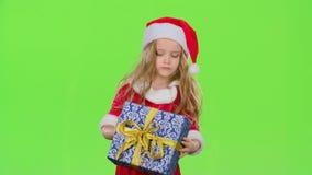 A criança guarda uma caixa de presente em suas mãos e não sabe que ` s para dentro Tela verde vídeos de arquivo