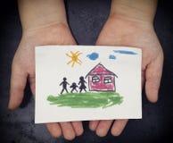 A criança guarda uma casa tirada com família foto de stock royalty free