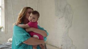 Criança infantil de inquietação dos cuidados novos da mamã em casa video estoque