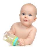 Criança infantil do bebê da criança dos olhos azuis que encontra-se com água potável Imagens de Stock Royalty Free