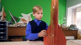 A criança inventa um modelo de foguete do espaço no laboratório da escola video estoque