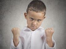 A criança irritada, menino com punho acima no ar, mijou fora fotografia de stock