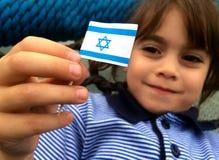 A criança israelita guarda a bandeira de Israel Imagem de Stock
