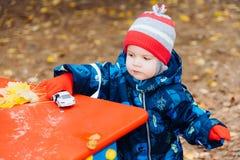 a criança joga carros na rua Fotografia de Stock