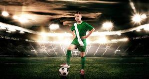Criança - jogador de futebol Menino para a frente no sportswear do futebol no estádio com bola Conceito do esporte Imagem de Stock Royalty Free