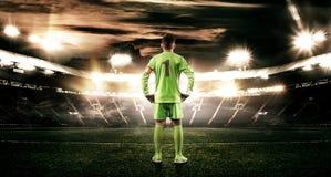 Criança - jogador de futebol Menino para a frente no sportswear do futebol no estádio com bola Conceito do esporte Foto de Stock