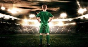 Criança - jogador de futebol Menino para a frente no sportswear do futebol no estádio com bola Conceito do esporte Fotografia de Stock Royalty Free