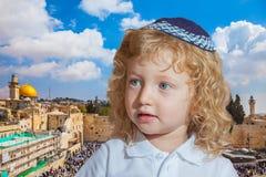 Criança judaica adorável com ondas louras fotos de stock royalty free