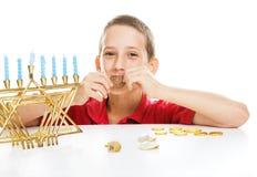 Criança judaica no Hanukkah foto de stock