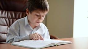 A criança lê o livro vídeos de arquivo