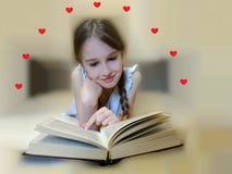 A criança lê uma novela imagens de stock