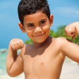 Criança latino-americano que mostra seus músculos imagem de stock royalty free