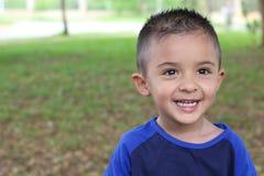 Criança latino-americano que sorri no parque fotos de stock royalty free