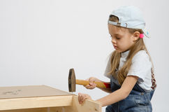 A criança lava a parede traseira da caixa Fotos de Stock Royalty Free