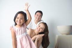 A criança levanta a mão foto de stock