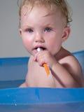 A criança limpa teeths Foto de Stock