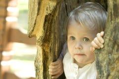 Criança loura bonito dentro da cavidade Fotografia de Stock