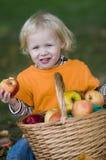 Criança loura bonito que come um Apple foto de stock royalty free