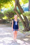 Criança loura do adolescente de volta à escola A menina da criança com saco vai à escola primária imagem de stock royalty free