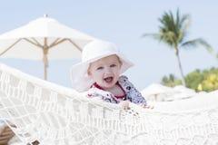 Criança loura expressivo feliz bonita da menina com proteção de Sun em uma associação imagens de stock