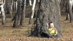 Criança loura pequena que canta no assobio tradicional e que descansa perto em três filme