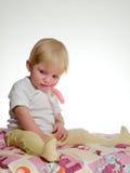 A criança mantem-se na forquilha da boca foto de stock royalty free