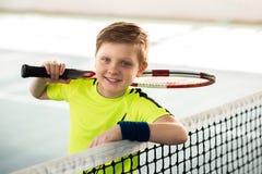 Criança masculina alegre com raquete de tênis imagens de stock