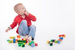 A criança masculina alegre está tendo o divertimento com alguém imagem de stock royalty free