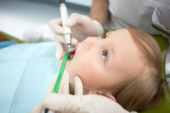A criança masculina alegre está visitando o doutor dental Foto de Stock