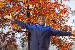 Criança masculina de americano africano que joga ao ar livre Foto de Stock Royalty Free