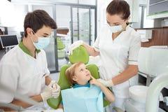 A criança masculina pequena alegre veio visitar o dentista Imagem de Stock Royalty Free