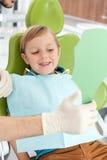 A criança masculina pequena bonito está visitando o doutor dental Imagens de Stock