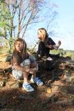 Criança - menina que põe sobre peúgas e sapatas Foto de Stock