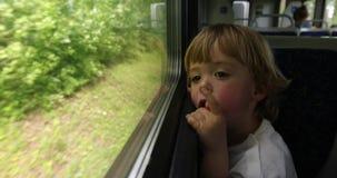 A criança monta o trem filme