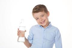 A criança mostra uma garrafa Fotos de Stock