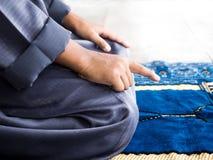 Criança muçulmana que reza para Allah fotos de stock