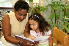 Criança na biblioteca Imagens de Stock Royalty Free