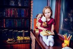Criança na biblioteca home fotos de stock royalty free