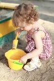 Criança na caixa de areia Fotografia de Stock