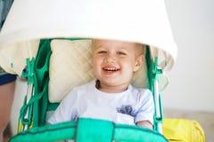 Criança na caminhada do bebê imagem de stock