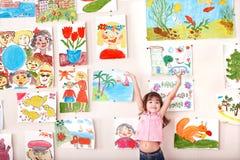 Criança na classe de arte com retrato. Fotografia de Stock Royalty Free