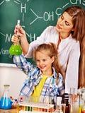 Criança na classe de química Fotografia de Stock Royalty Free